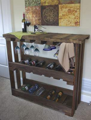 Pallet wood can be used to build a wine bar for entertaining family and friends.