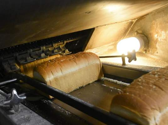 To ensure clean cuts, the blades that are used to slice the bread are sharpened every hour.