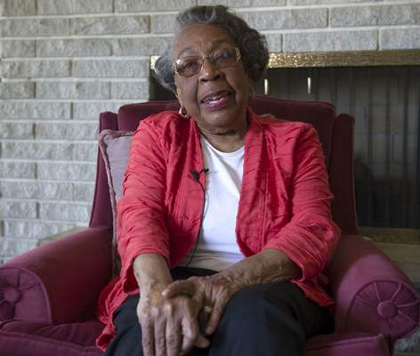 Swikar Patel   The Journal Gazette: Hana Stith, seen here interviewed in her Fort Wayne home in 2013, died this morning. She was 90.