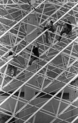 Aug. 31, 1982: Steelworkers weave a web of metal to form the roof of one of the houses at Foellinger-Freimann Botanical Conservatory. (Journal Gazette file)
