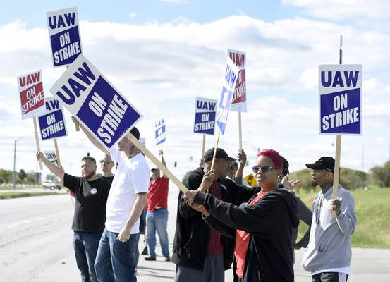 Members of UAW Local 2209 strike outside the Allen County General Motors truck assembly plant Friday. (Photos by Rachel Von Stroup | The Journal Gazette)