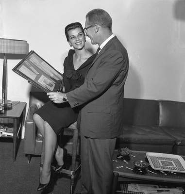 Jan. 27, 1962: Night of Evil star Lisa Gaye and director Richard Galbreath look at some newspaper clippings. (Journal Gazette file photo)