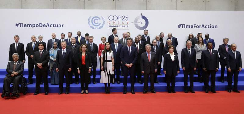 Spain's caretaker Prime Minister Pedro Sanchez, centre, and Secretary-General of the United Nations António Guterres, pose for a photo with the rest of representatives taking part at the COP25 climate talks summit in Madrid, Monday Dec. 2, 2019.  (AP Photo/Andrea Comas)