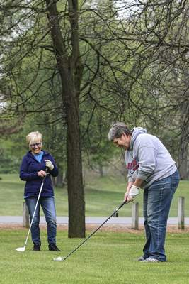 Mike Moore | The Journal Gazette  Cousins Sheila Stoody, left, and Karen Meyers play a round of golf Thursday at Shoaff Park.
