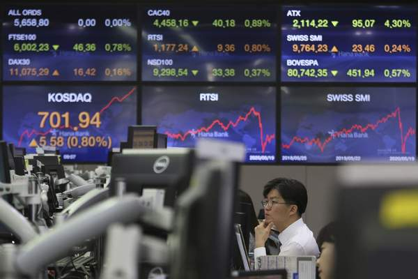 A currency trader watches monitors at the foreign exchange dealing room of the KEB Hana Bank headquarters in Seoul, South Korea, Wednesday, May 20, 2020. (AP Photo/Ahn Young-joon)