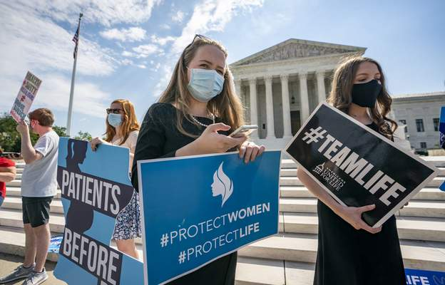 Anti-abortion activists wait in vain outside the Supreme Court for a decision, Thursday, June 25, 2020 in Washington. (AP Photo/J. Scott Applewhite)