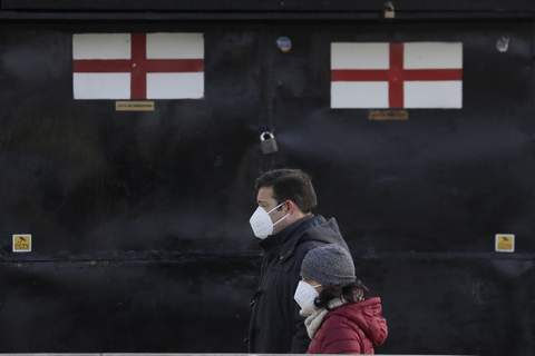 Virus Outbreak Britain Pedestrians pass a closed souvenir stand in London, Saturday, Jan. 23, 2021 during England's third national lockdown since the coronavirus outbreak began. (AP Photo/Kirsty Wigglesworth) (Kirsty Wigglesworth