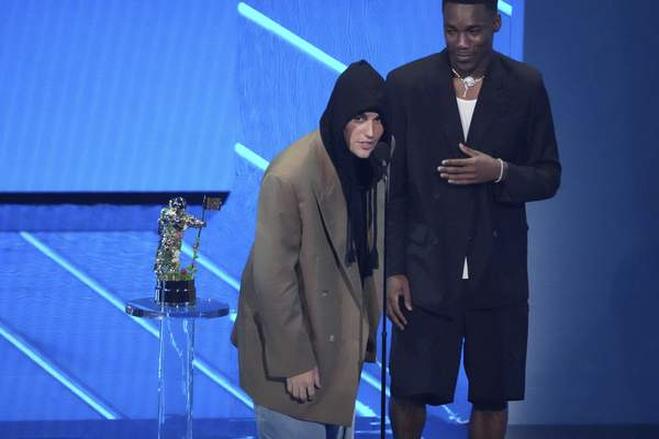Justin Bieber, left, and Giveon accept the award for best pop song for Peaches at the MTV Video Music Awards at Barclays Center on Sunday, Sept. 12, 2021, in New York. (Photo by Charles Sykes/Invision/AP)