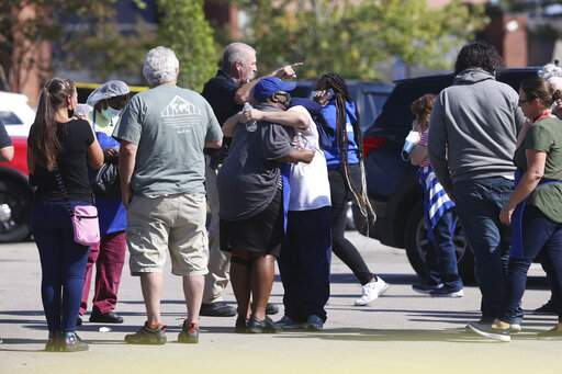 Police respond to the scene of a shooting at a Kroger's grocery store in Collierville, Tenn., on Thursday, Sept. 23, 2021. (Joe Rondone/The Commercial Appeal via AP) (Foto: The Associated Press)