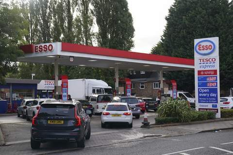 Britain Shortages Drivers queue for fuel at a petrol station in Birmingham, England, Tuesday, Sept. 28, 2021. (AP Photo/Jacob King) (Jacob King SUB)