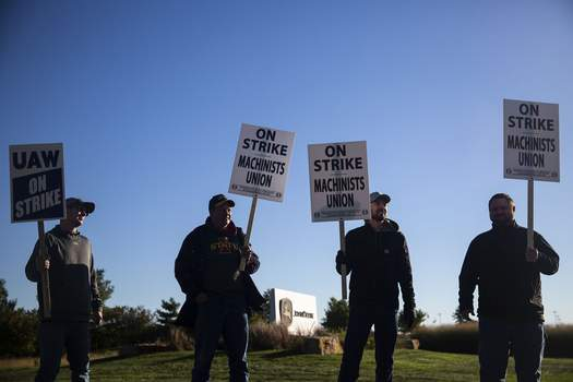 Deere Contract Associated Press United Auto Workers picket outside of John Deere Des Moines Works on Thursday in Ankeny, Iowa. It's the company's first strike in 35 years. (Kelsey KremerMBR)